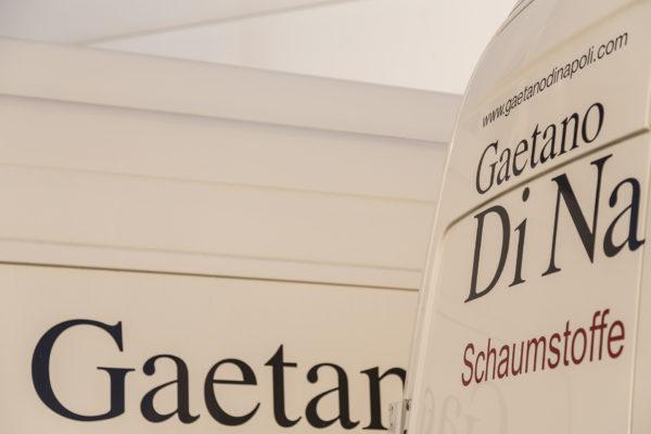 Gaetano Di Napoli - Matratzen | Schaumstoffe | Akustik - Gebäude Außenansicht Hauptsitz Robert-Perthel-Str. 82, 50739 Köln, Transporter Detailausschnitt Logos